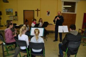 Klarinettenregister probt mit Musiker des Musikkorps