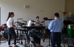 Schlagwerk probt mit Musiker des Musikkorps